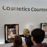 Panasonic zeigt seine Vision von Future of Retail mit einem interaktiven Schminkspiegel und anderen Digital Signage Projekten